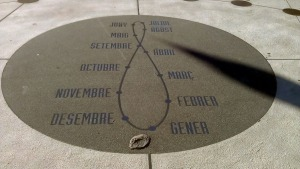 L'analema del rellotge de la plaça Maria Cristina. Fes clic per ampliar.