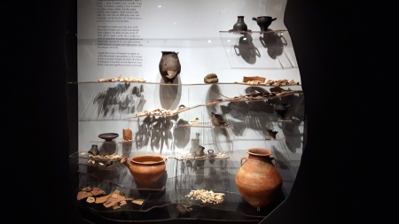 Simulació d'un jciment arqueològic amb troballes relatives al primer banquet multitudinari al territori català.